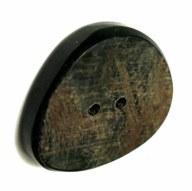 Bouton 2 trous corne irregulier beige bord noir 29mm à 35mm